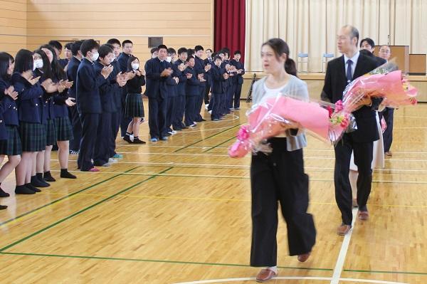 生徒による花道を退場する先生方